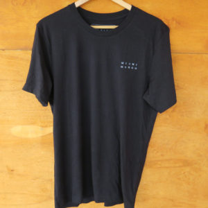 camiseta negra frente